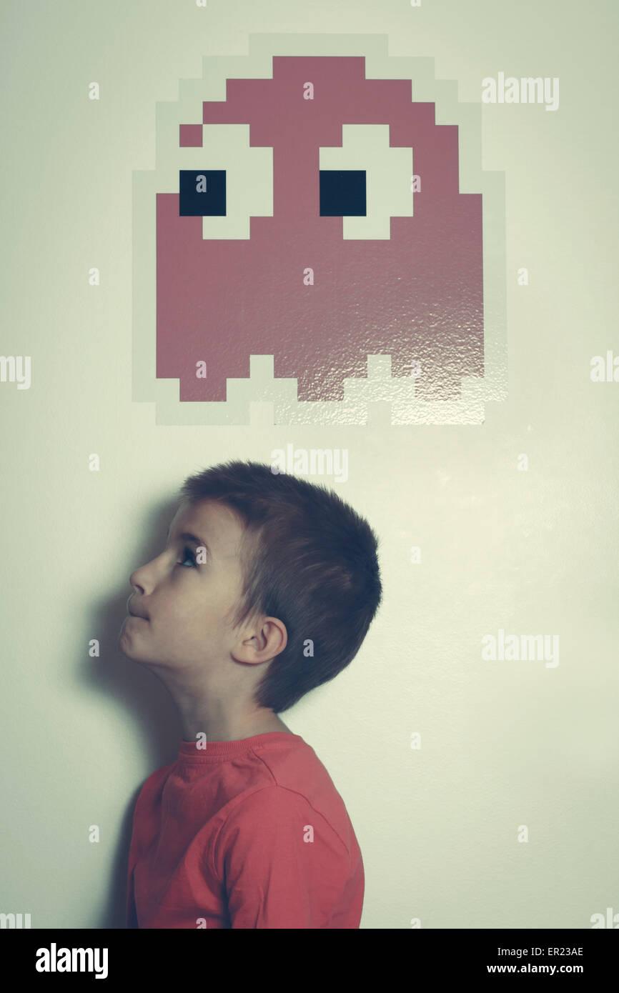 8 ans garçon à la recherche de l'icône graphique rétro Photo Stock