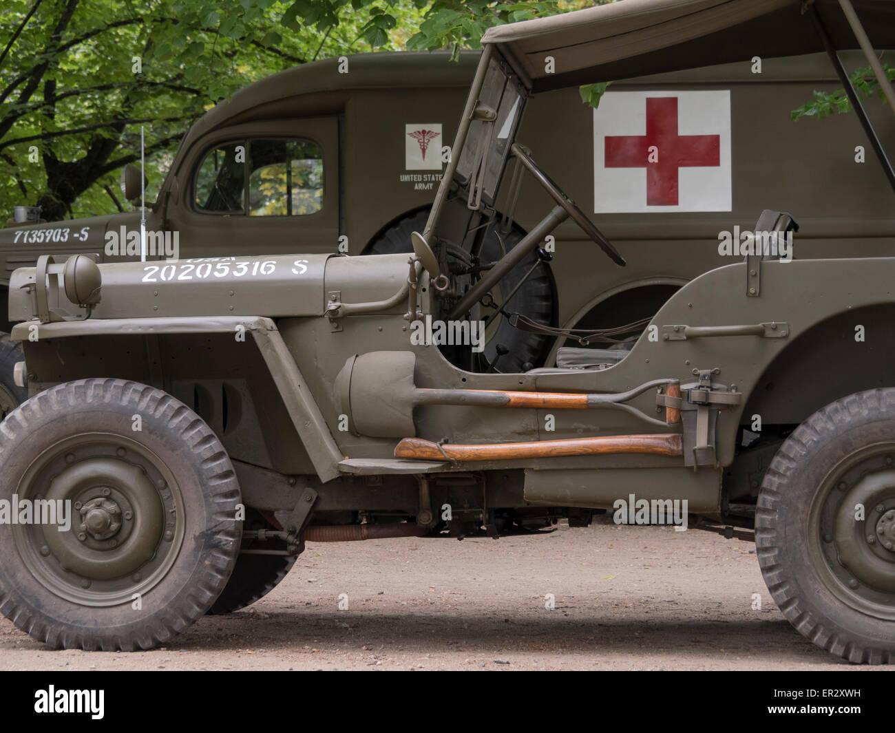jeep willys avec hache et d 39 une pelle et d 39 une ambulance derri re 2e guerre mondiale banque d. Black Bedroom Furniture Sets. Home Design Ideas