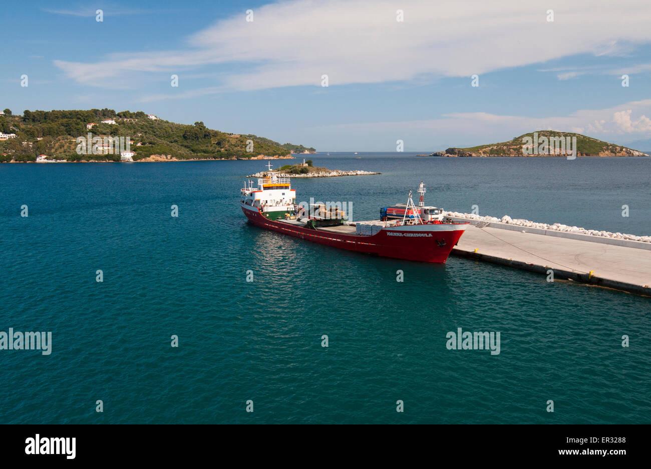 Barge rouge à port sur l'île de Skiatos Banque D'Images