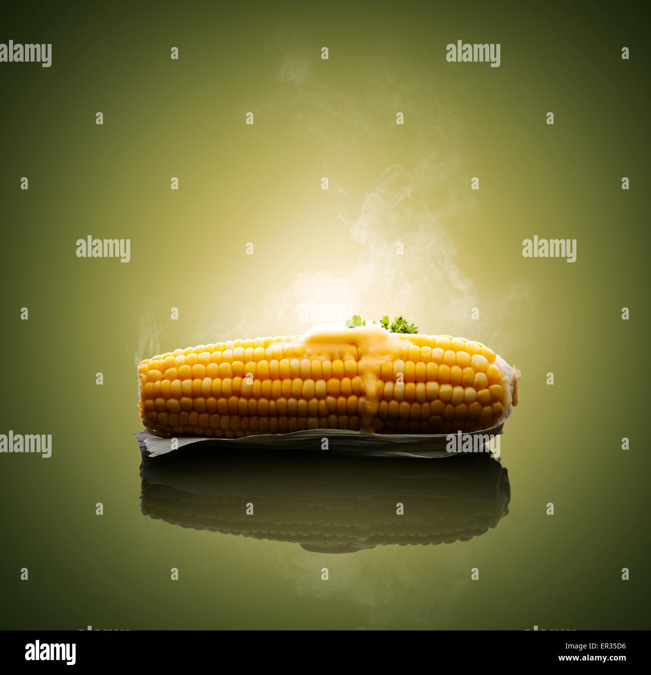 Épi de maïs cuit avec du beurre et de la vapeur chaude de fusion Photo Stock