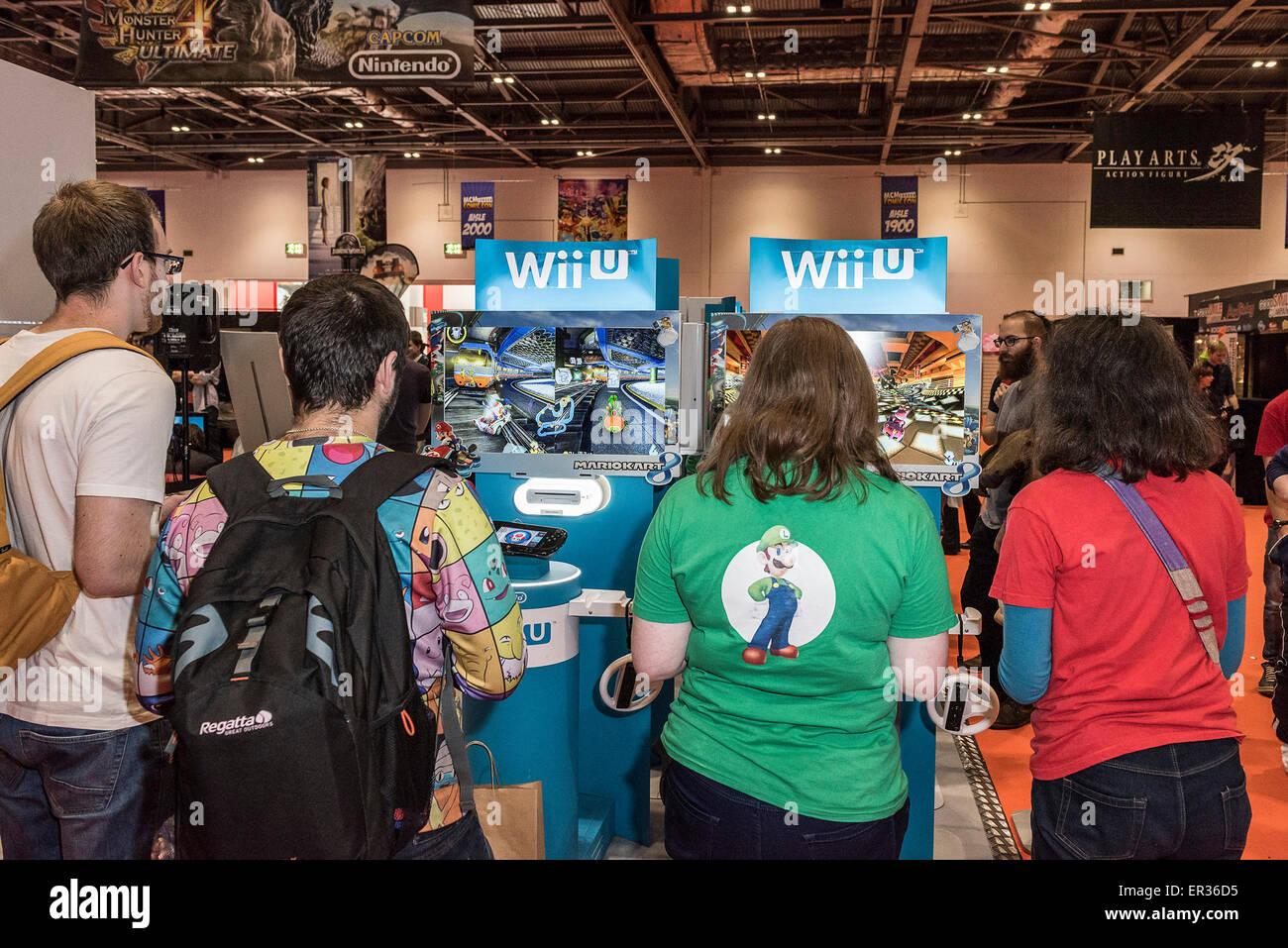 Les amateurs de jeux jouer aux derniers jeux Wii à la MCM London Comic Con à l'Excel Centre. Photo Stock
