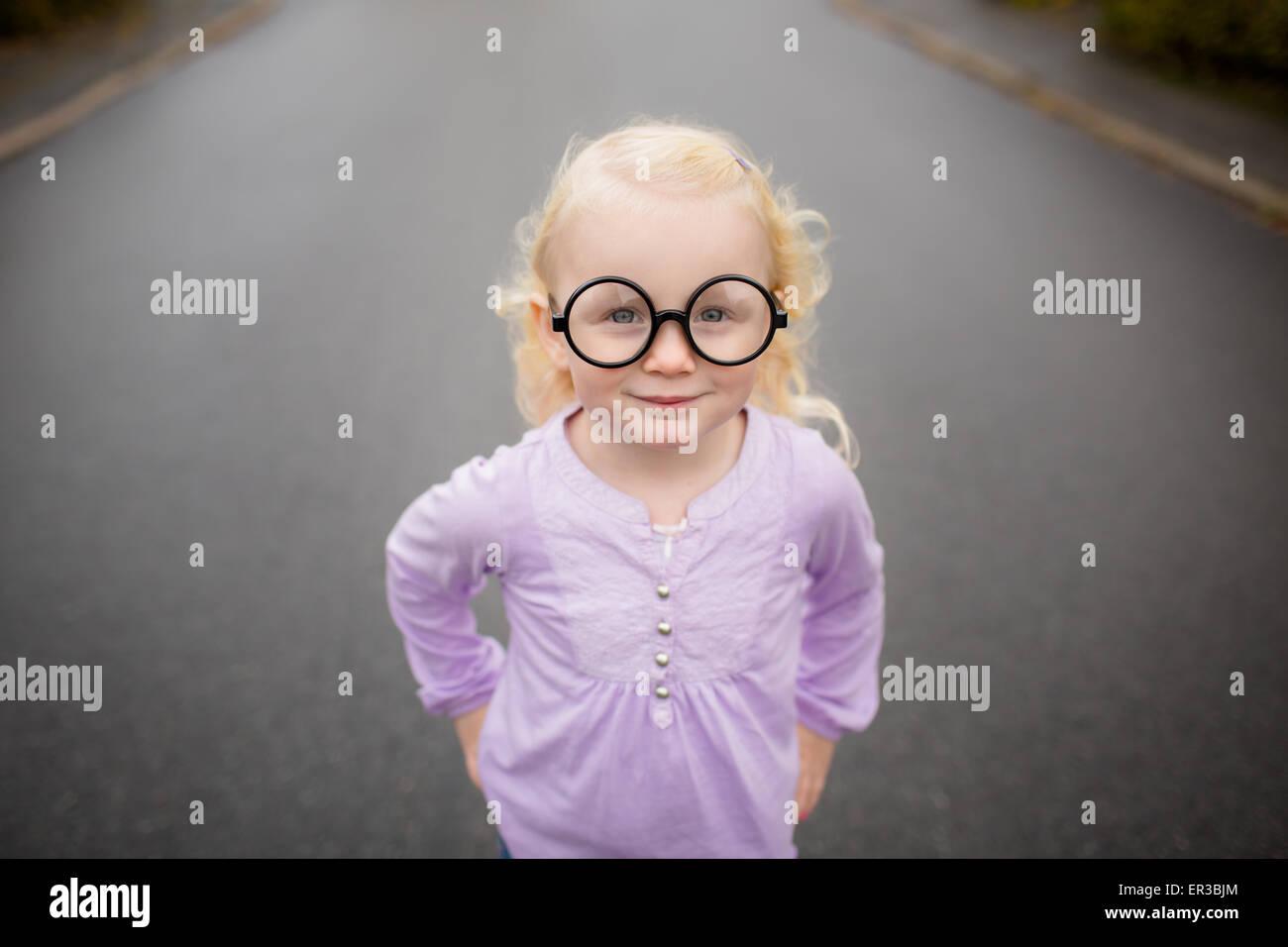 Portrait d une jeune fille portant des lunettes idiotes Photo Stock 639bf8945a82