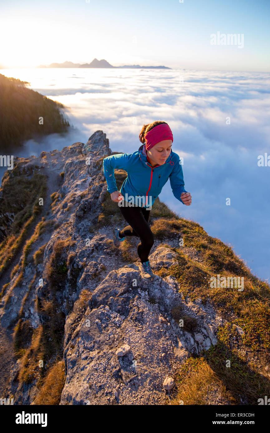 Jeune femme tournant au-dessus des nuages, Salzbourg, Autriche Photo Stock