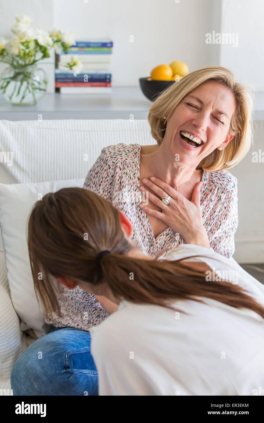Deux femmes de rire; derrière une femme. Photo Stock