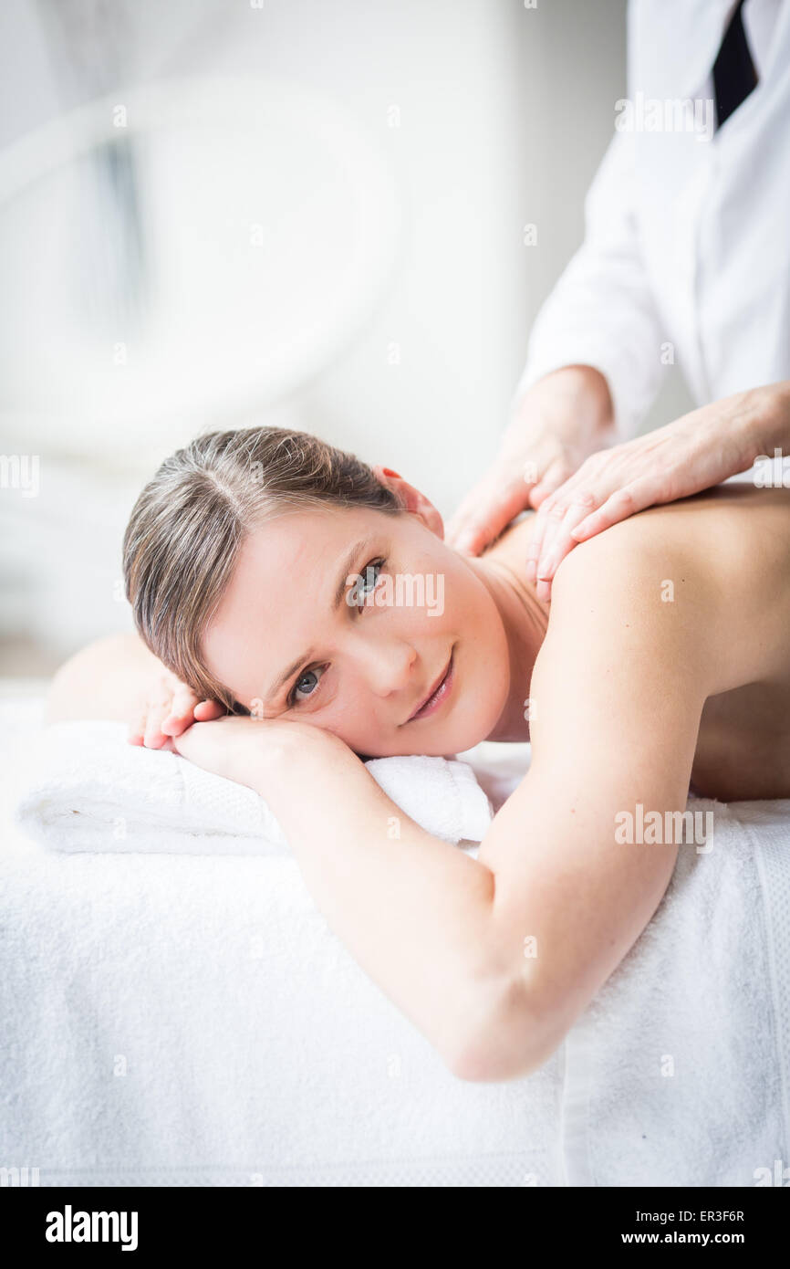 Femme recevant un massage de dos. Photo Stock
