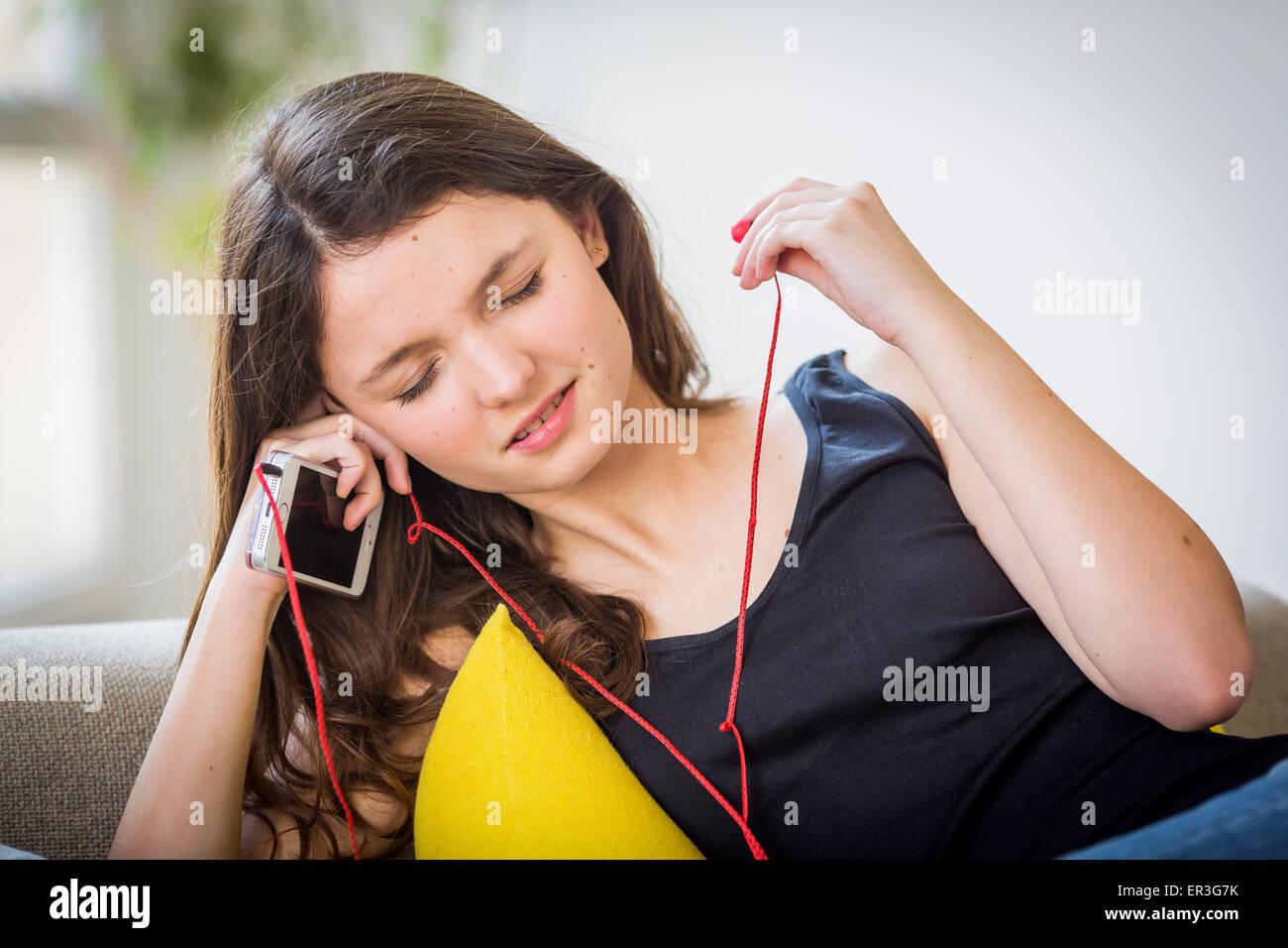 Adolescente à écouter de la musique. Photo Stock