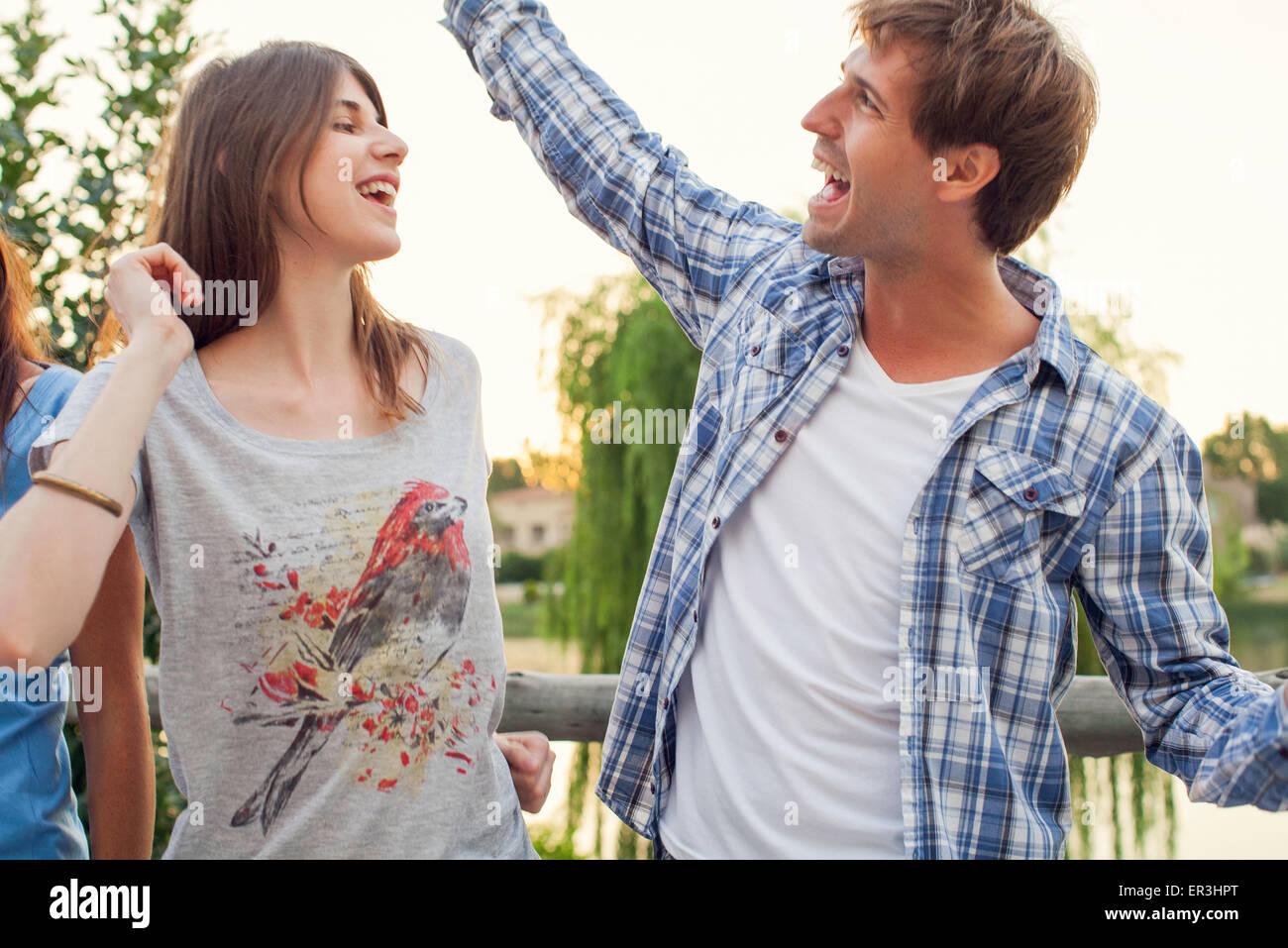 Les amis danser ensemble à l'extérieur Photo Stock
