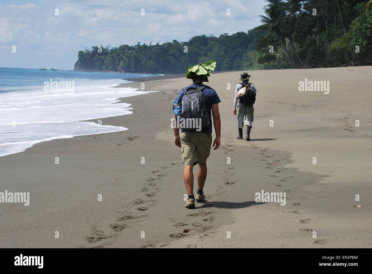 Trekking le long de la plage, dans le parc national de Corcovado, Costa Rica Photo Stock