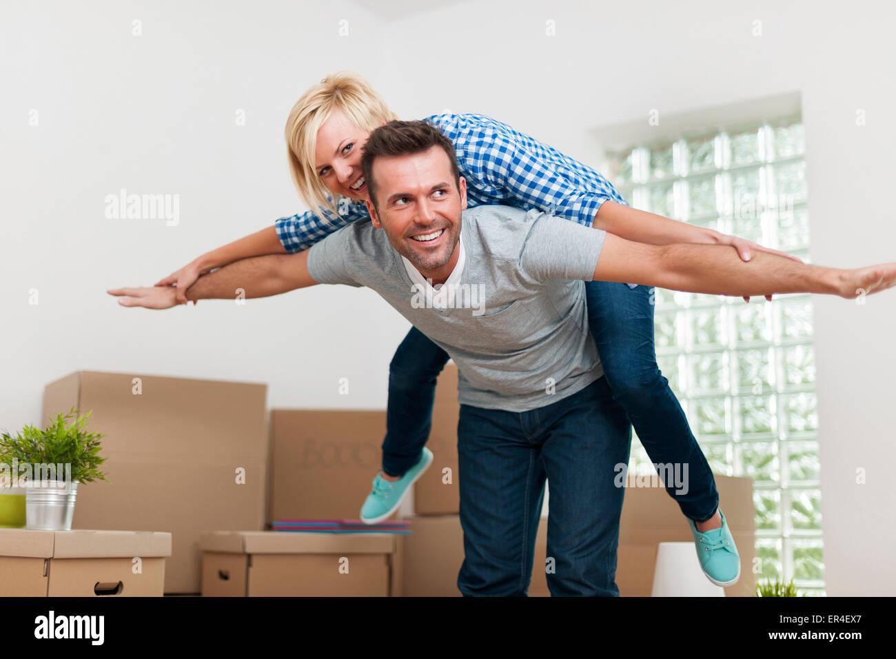 Couple heureux dans leur nouvelle maison Photo Stock
