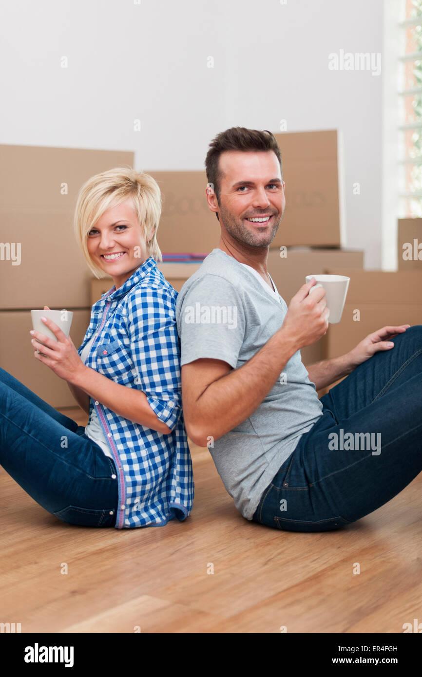 Couple s'apprête à déballer leurs boîtes Photo Stock
