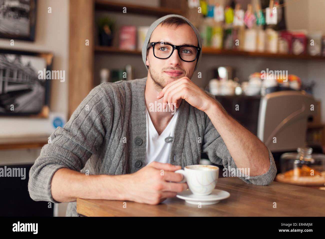 Portrait de l'homme élégant au café. Cracovie, Pologne Photo Stock