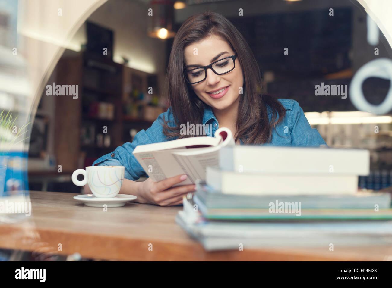 Hipster femme étudie au café. Cracovie, Pologne Photo Stock