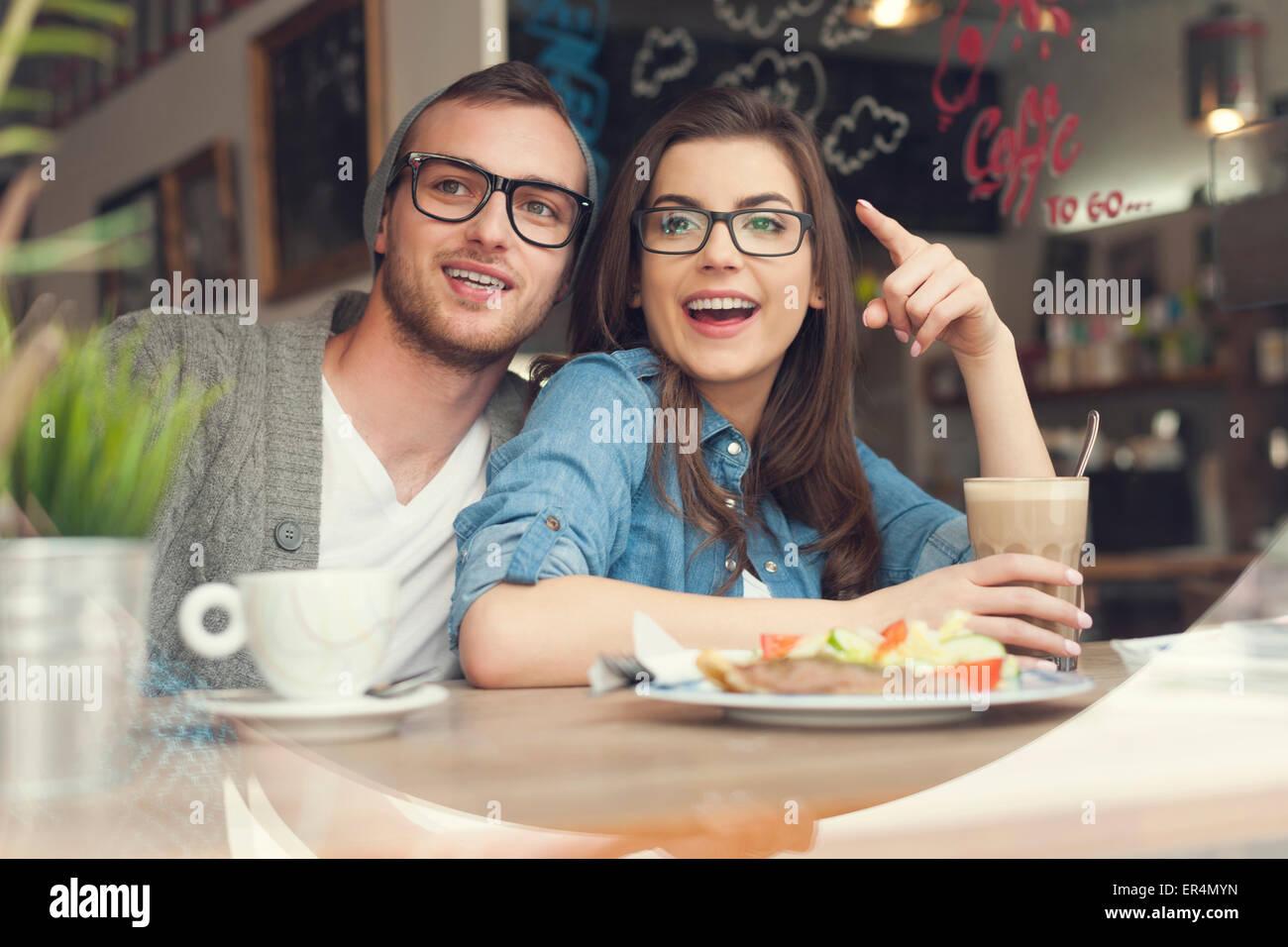 Heureux couple prévues l'heure du déjeuner ensemble dans un restaurant. Cracovie, Pologne Photo Stock