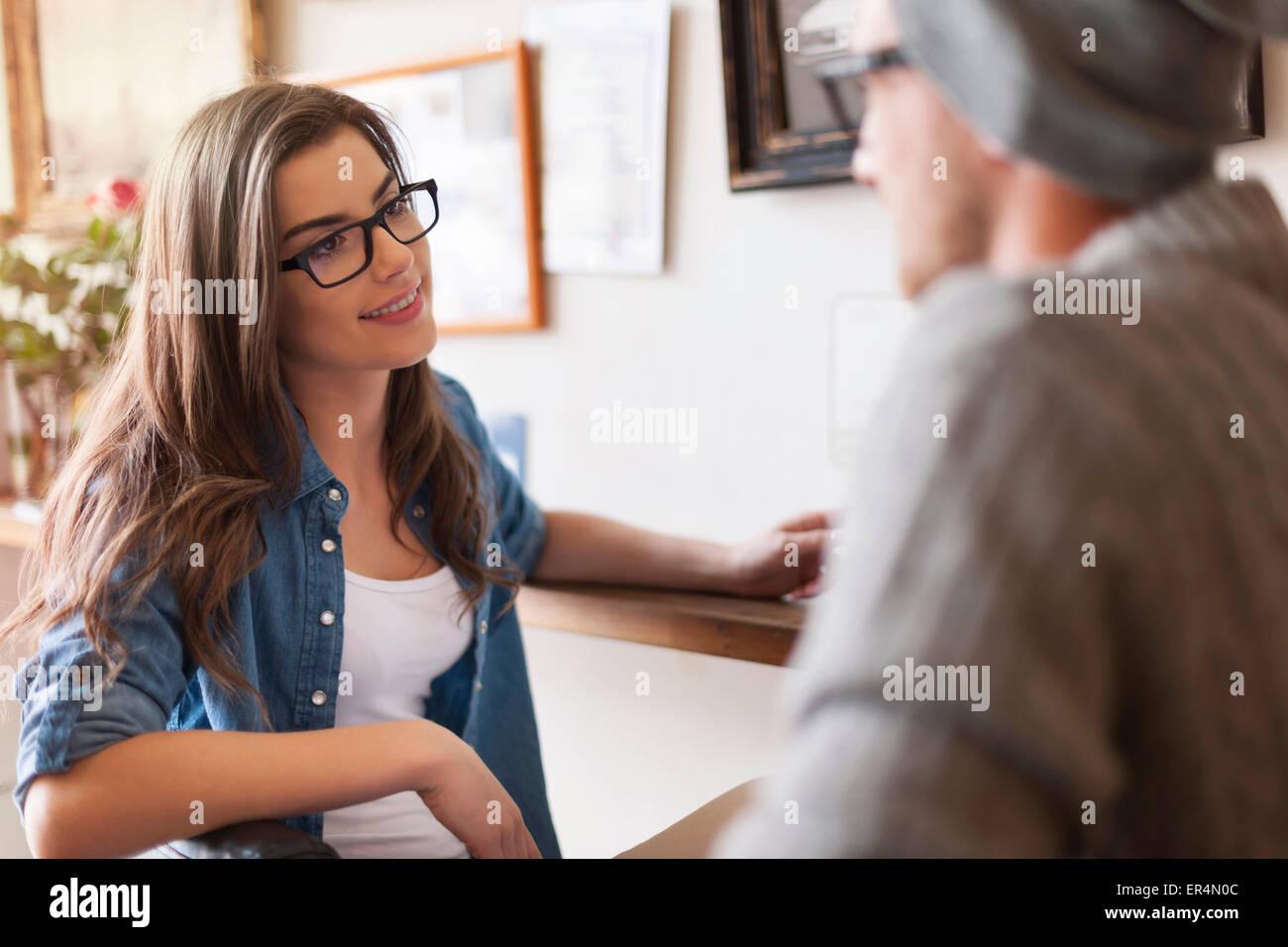 Datant du couple aimant dans le café. Cracovie, Pologne Photo Stock