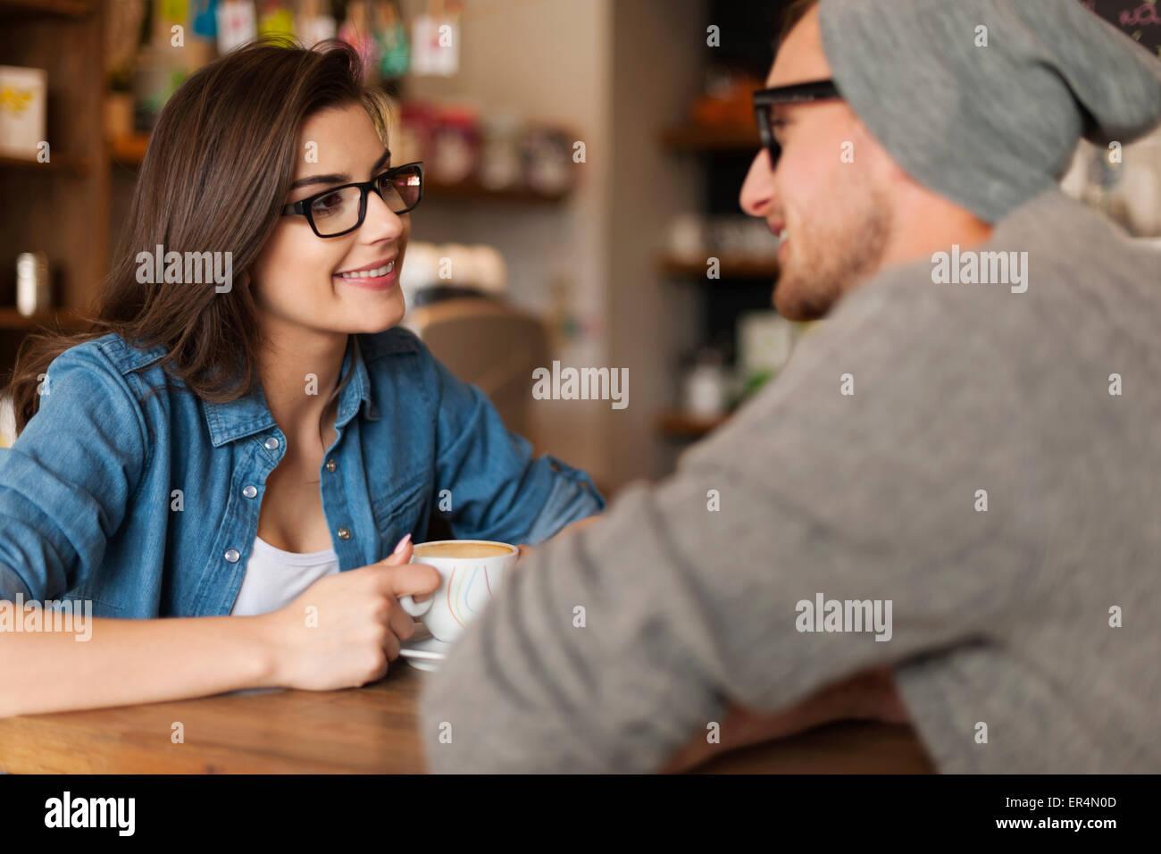 Réunion du couple heureux au café. Cracovie, Pologne Photo Stock