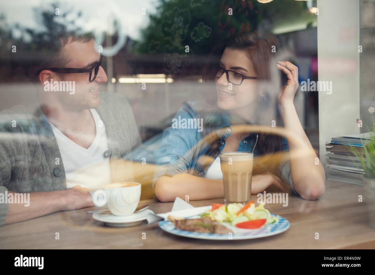 Heureux l'homme et la femme à l'heure du déjeuner. Cracovie, Pologne Photo Stock