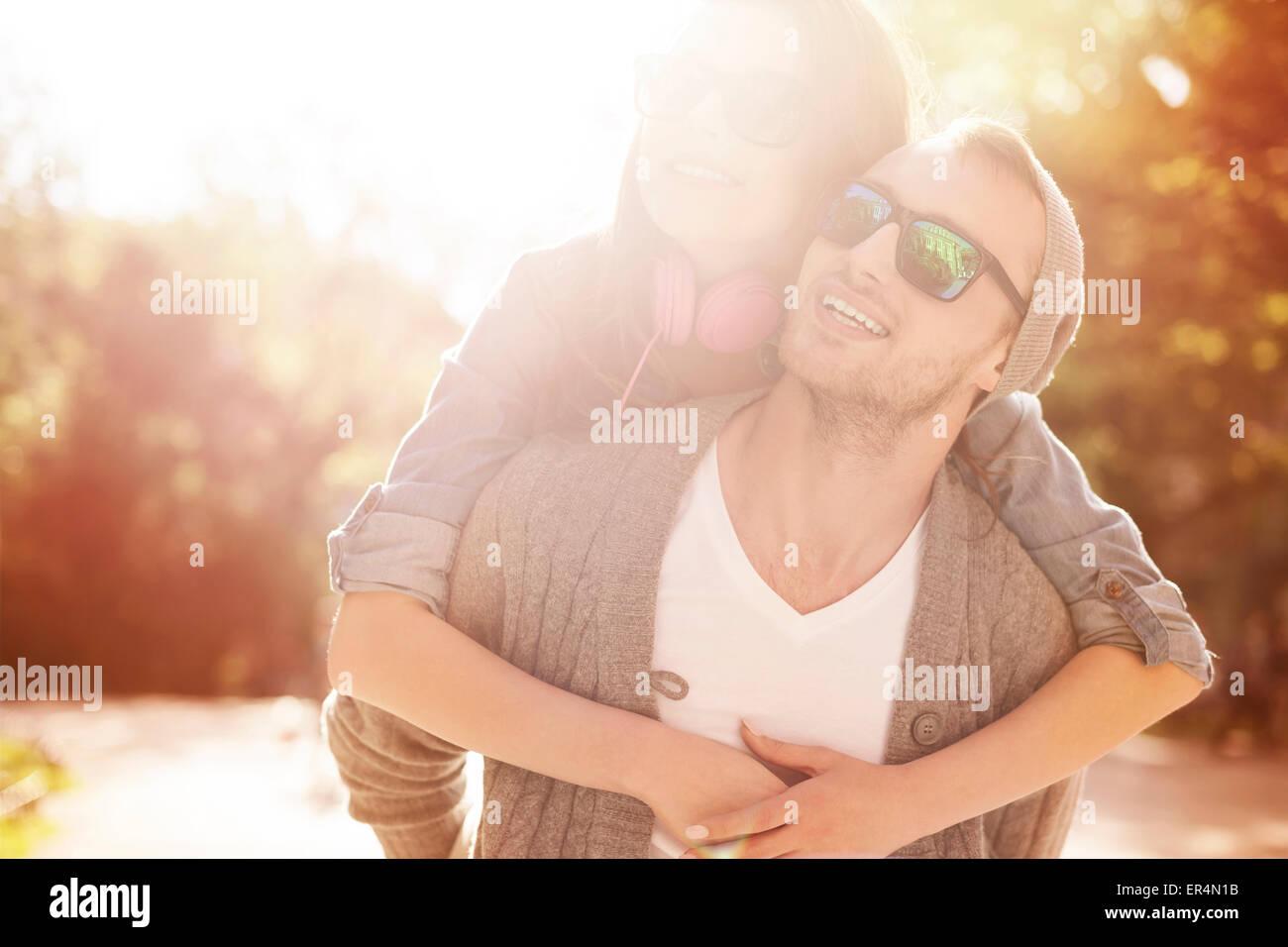 Portrait de couple aimant en journée ensoleillée. Cracovie, Pologne Photo Stock