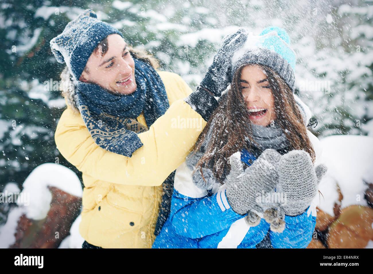 Bataille de boules de neige en hiver nous rendre plus heureux. Debica, Pologne Photo Stock