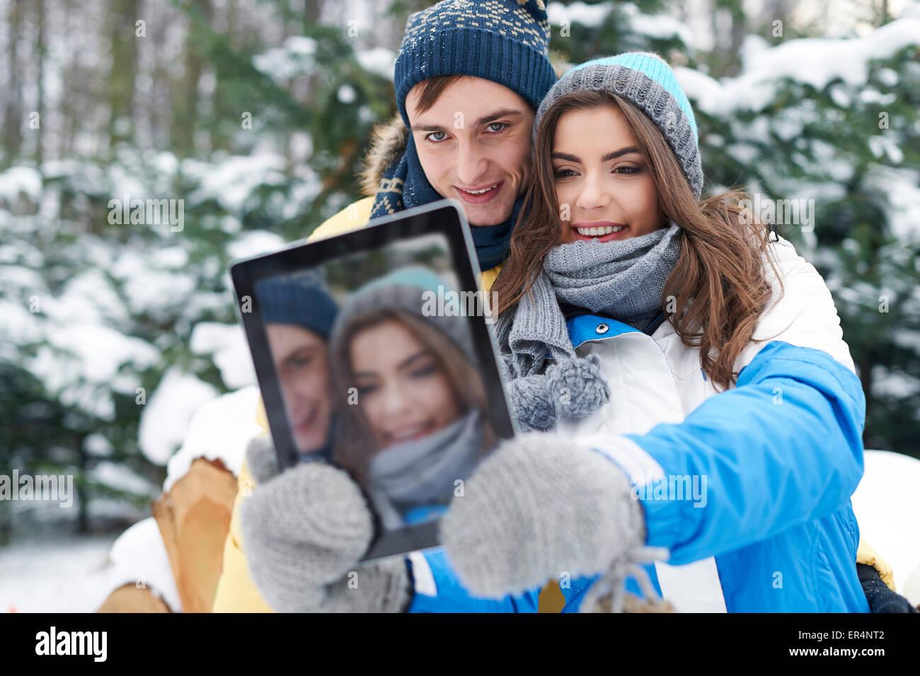 Hey Baby, sourire! Je vais prendre par selfies digital tablet. Debica, Pologne Photo Stock