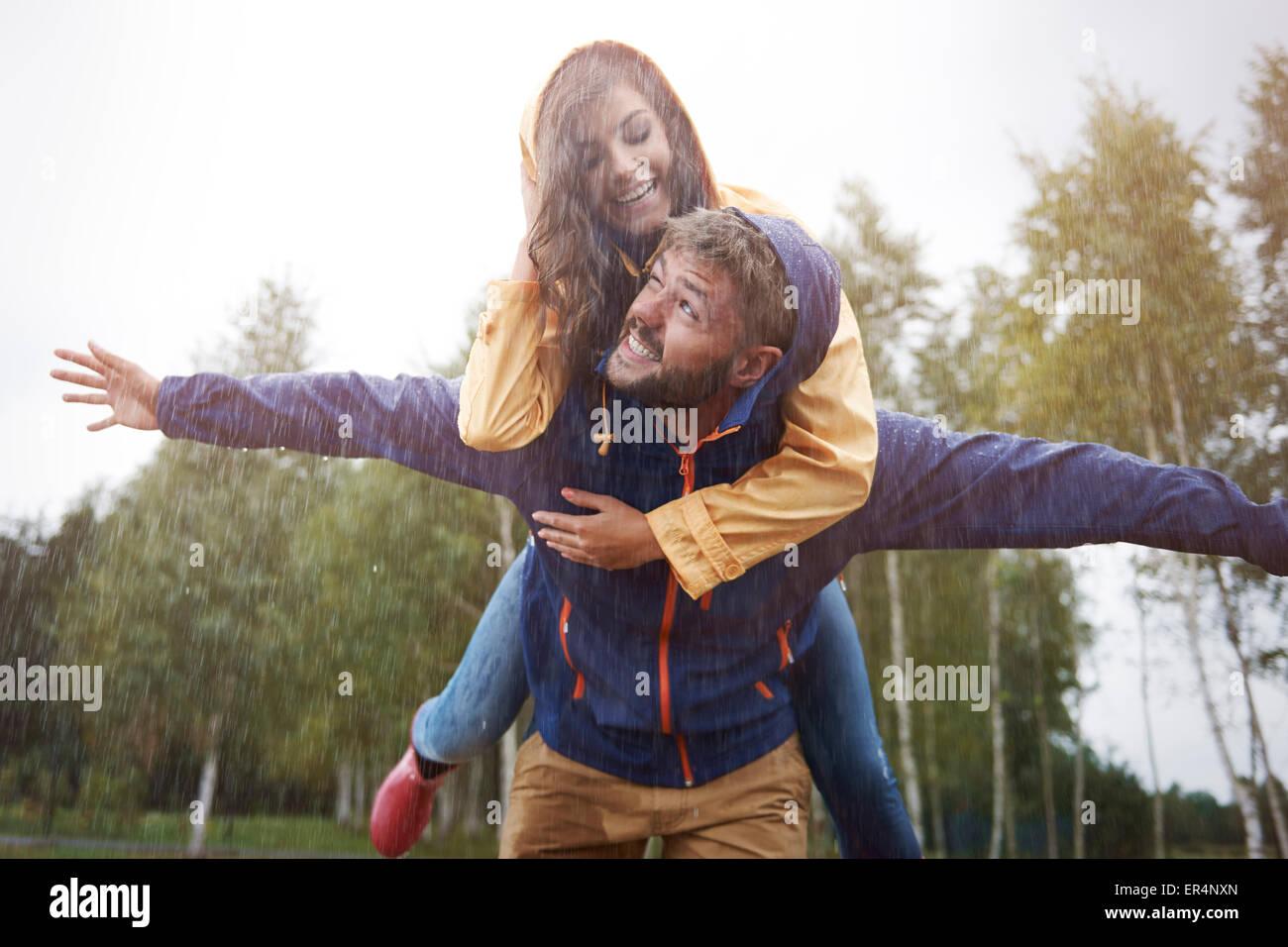 Jouer sous la pluie comme un enfant. Debica, Pologne Photo Stock