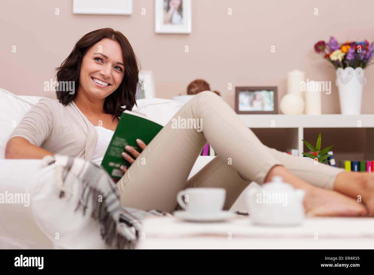 Journée de farniente avec livre préféré. Debica, Pologne Photo Stock