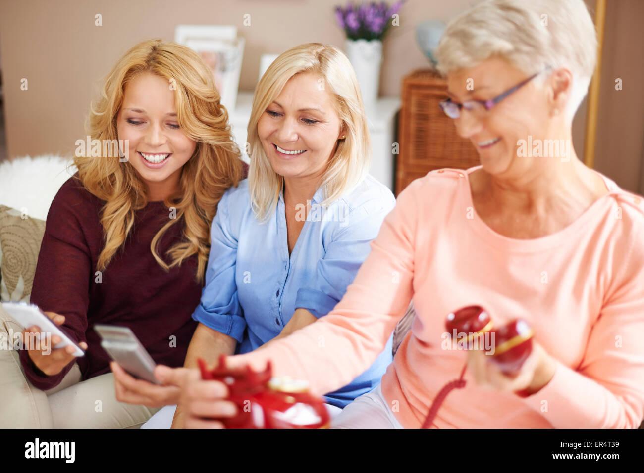 Différences entre les générations dans la technologie de téléphonie. Debica, Pologne Photo Stock