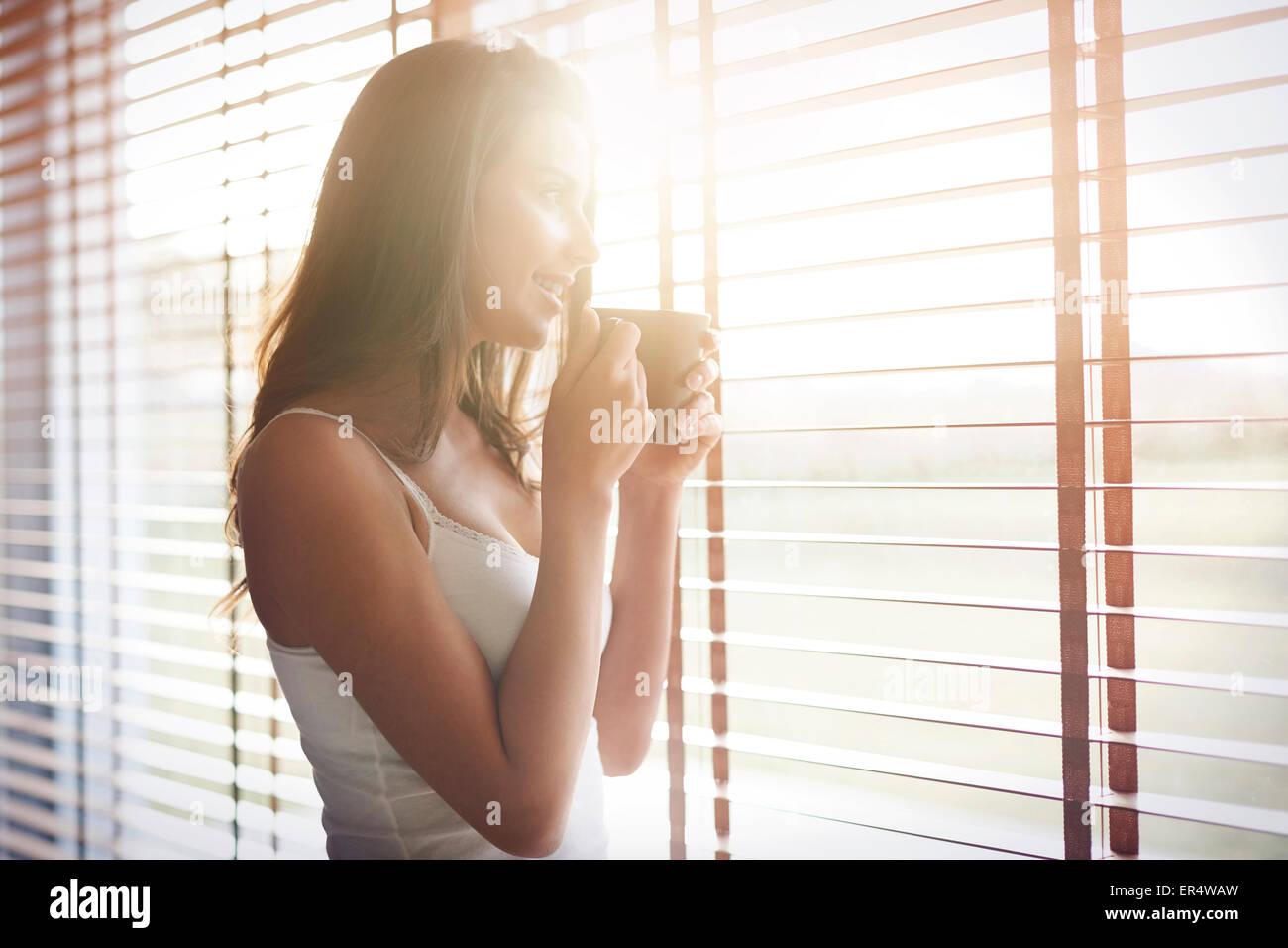 Matin soleil et bon café me met toujours de bonne humeur. Debica, Pologne Photo Stock