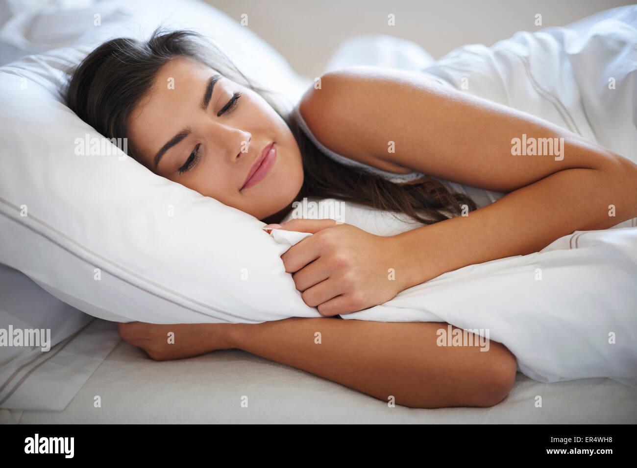 Elle passe matins paresseux au lit. Debica, Pologne Photo Stock