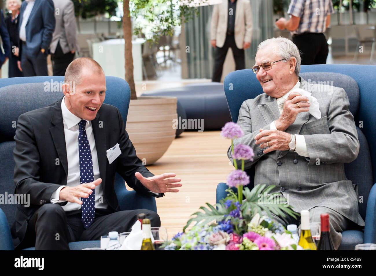 """Hedehusene, Danemark, 27 mai 2015: le Prince Henrik du Concort (R) et le chef de la DSV, M. Jens Bjorn Andersen parle à la salle de réception de DSv's à Hedehusene. Le Prince vient du Concort a dévoilé sa nouvelle sculpture, """"la main créatrice"""" en face de l'entrée de DSV/OJPHOTOS Crédit: Alamy Live News Banque D'Images"""