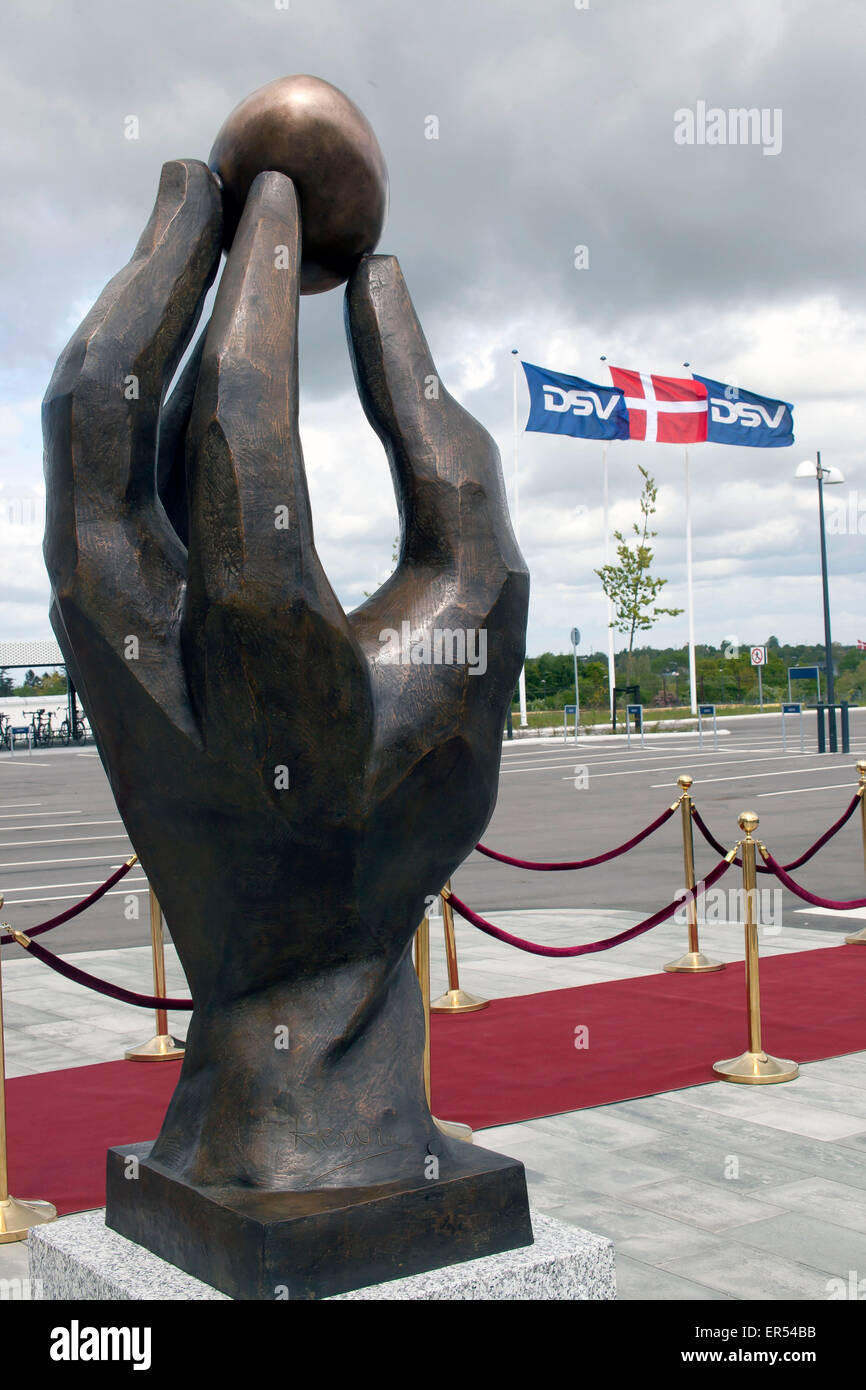 """Hedehusene, Danemark, 27 mai 2015: le Prince Henrik du Concort de neuf sculptures: """"la main créatrice"""", qu'il a dévoilé cet après-midi à la DSV à Hedehusener OJPHOTOS: Crédit/Alamy Live News Banque D'Images"""