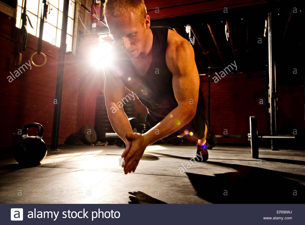 Un athlète crossfit fonctionne dans une salle de sport. crossfit Photo Stock