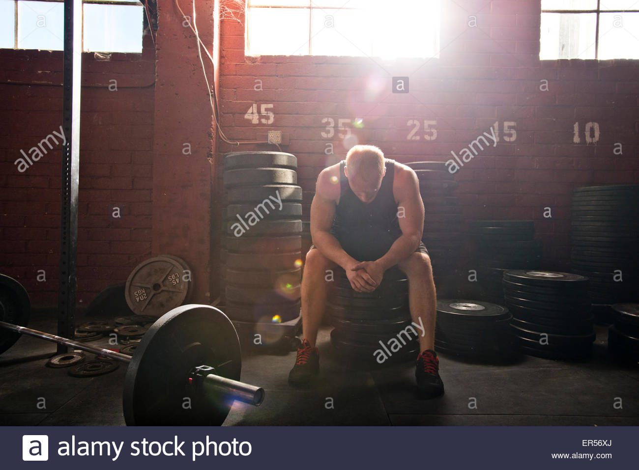 Un athlète crossfit repose après une séance. Photo Stock