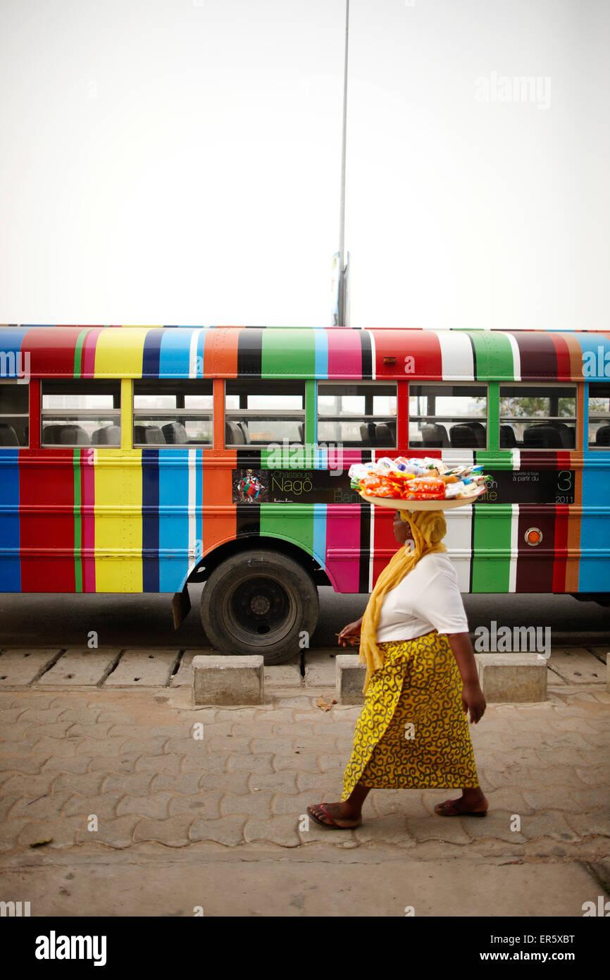 Merchant passant d'un autobus scolaire, Cotonou, littoral, Bénin Ministère Photo Stock