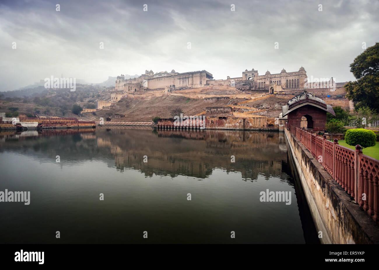 Fort Amber sur la colline, au ciel couvert à Jaipur, Rajasthan, Inde Photo Stock