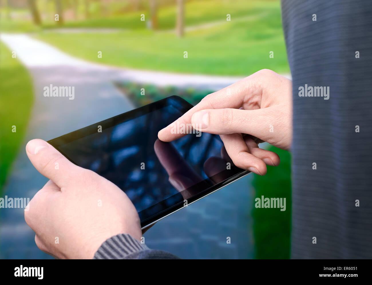 L'homme à l'aide d'un ordinateur tablette Photo Stock