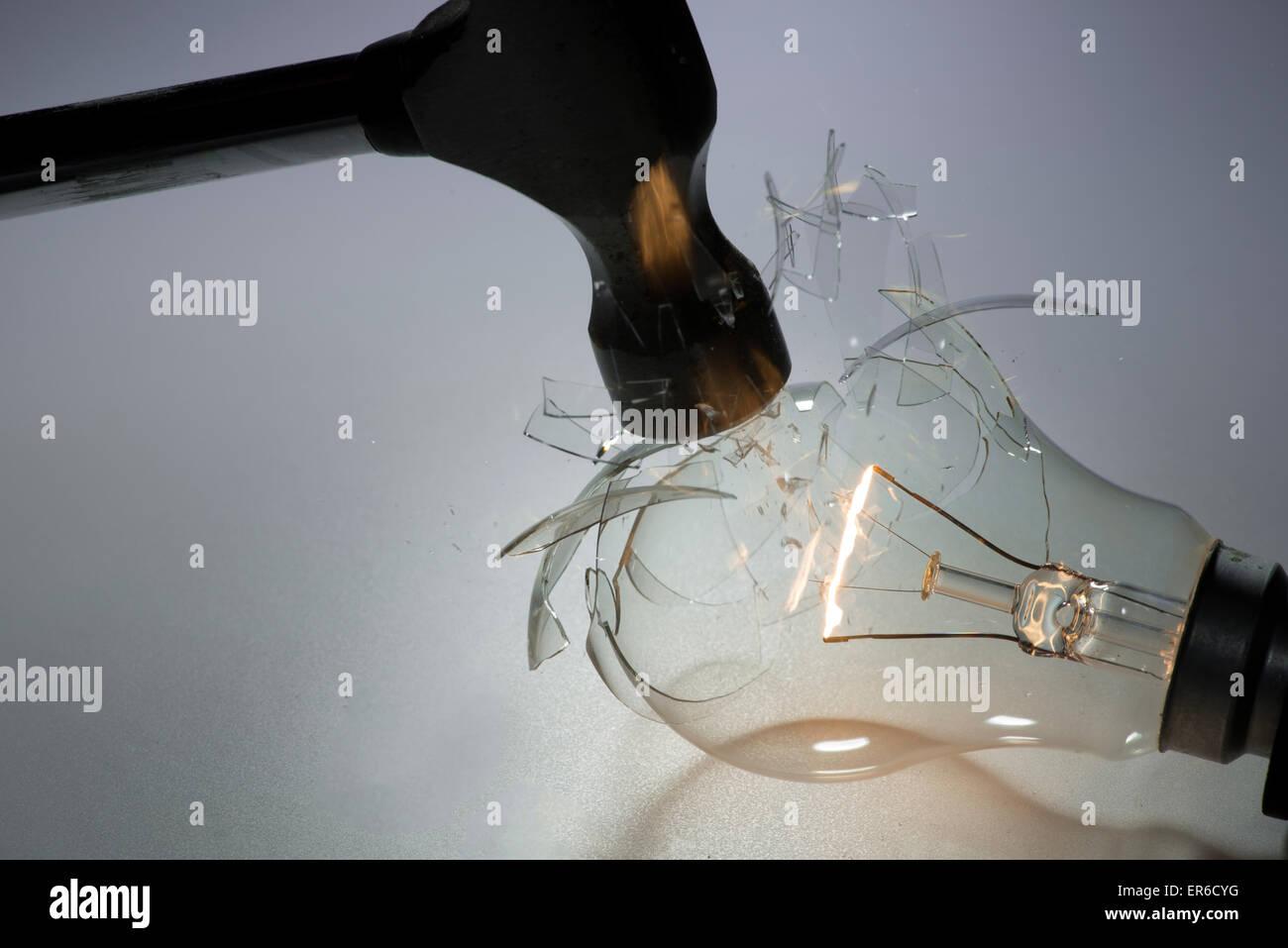Light bulb été fracassé par un marteau filament montrant encore rougeoyant. Banque D'Images