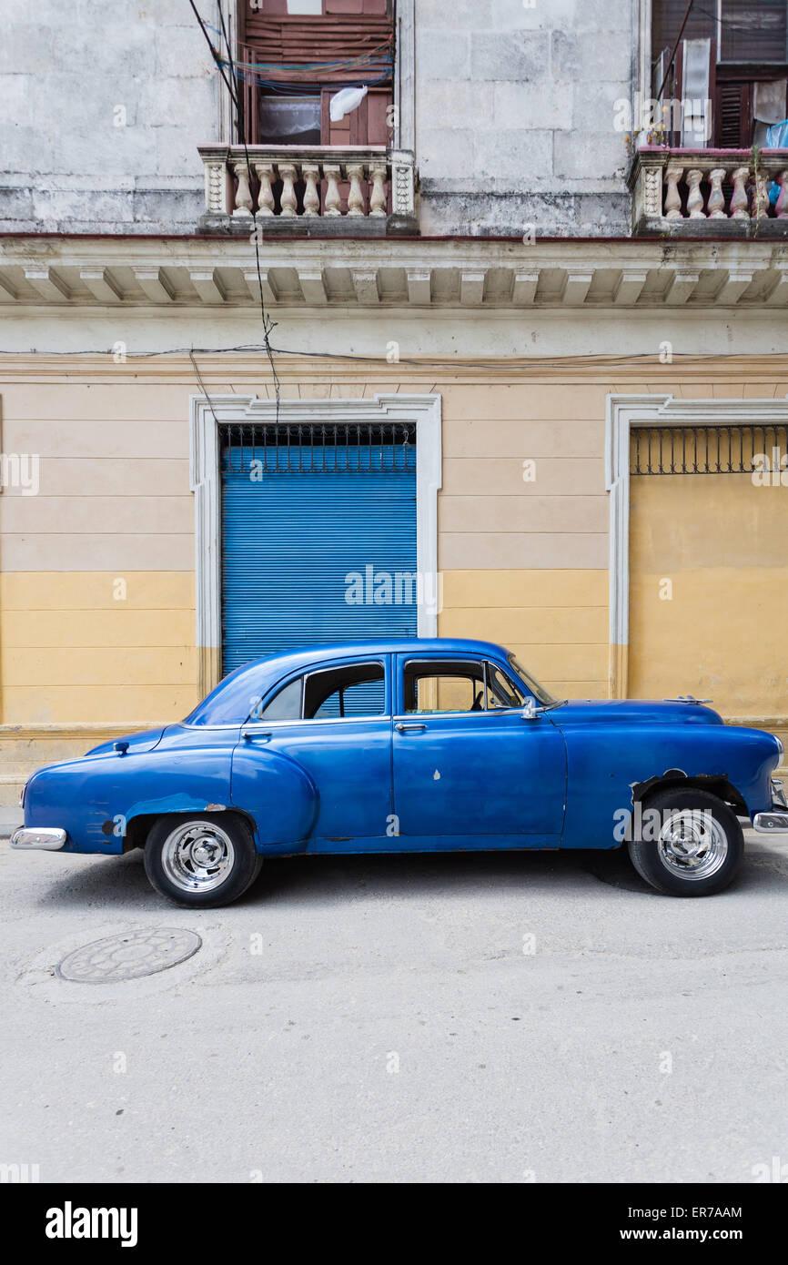 Scène de rue avec bleu classique voiture américaine, La Habana Vieja, Cuba Photo Stock
