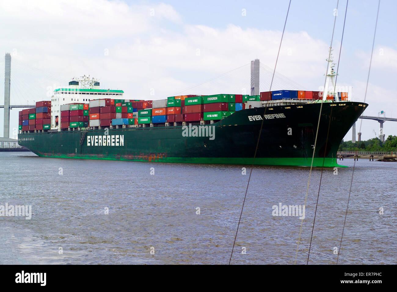 Un énorme navire à faire part vers l'océan Atlantique depuis le port de Savannah, le plus grand Photo Stock