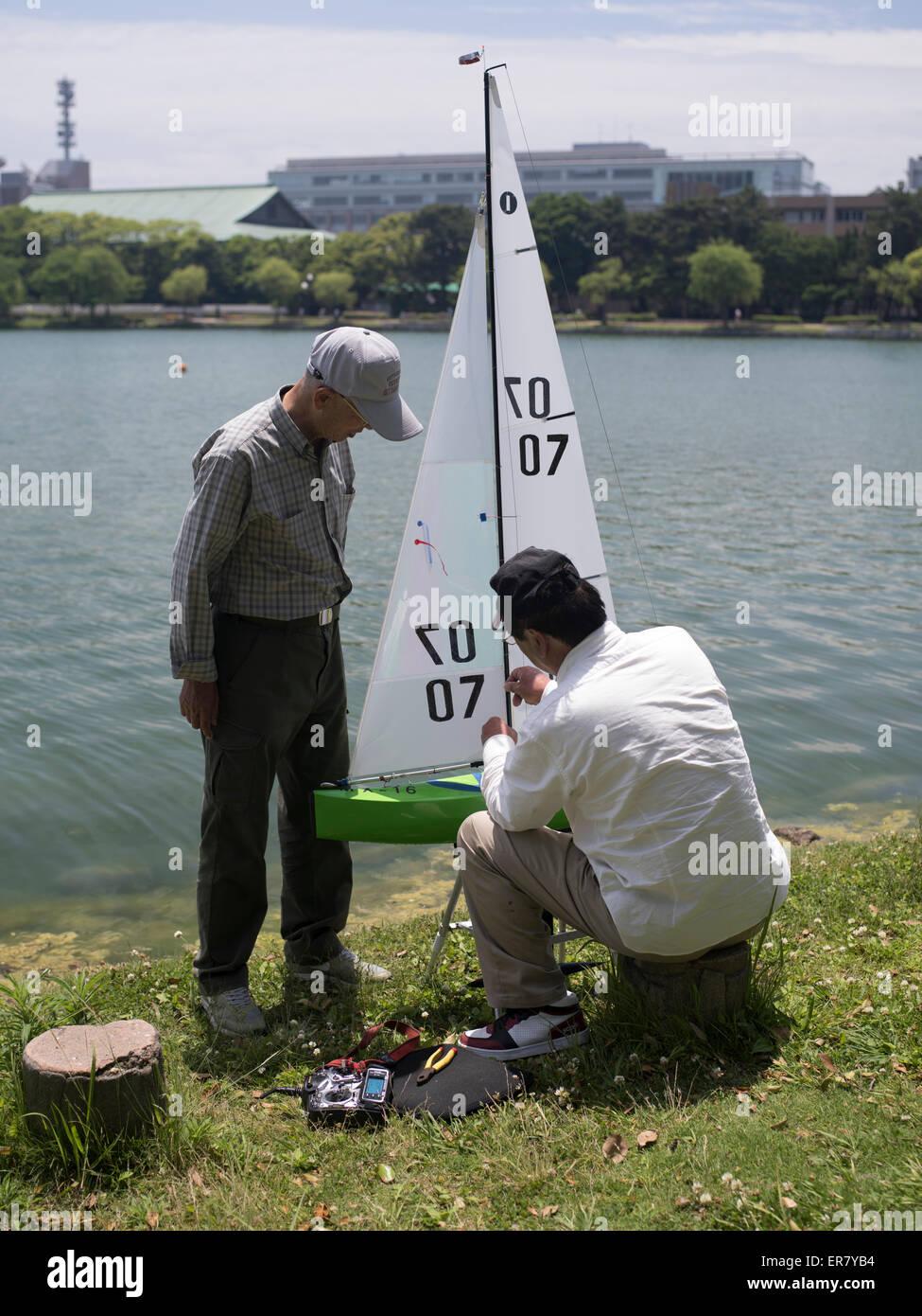 Les retraités japonais relaxant avec un modèle bateau au Parc Ohori Koen ( ) La ville de Fukuoka, Kyushu, Photo Stock