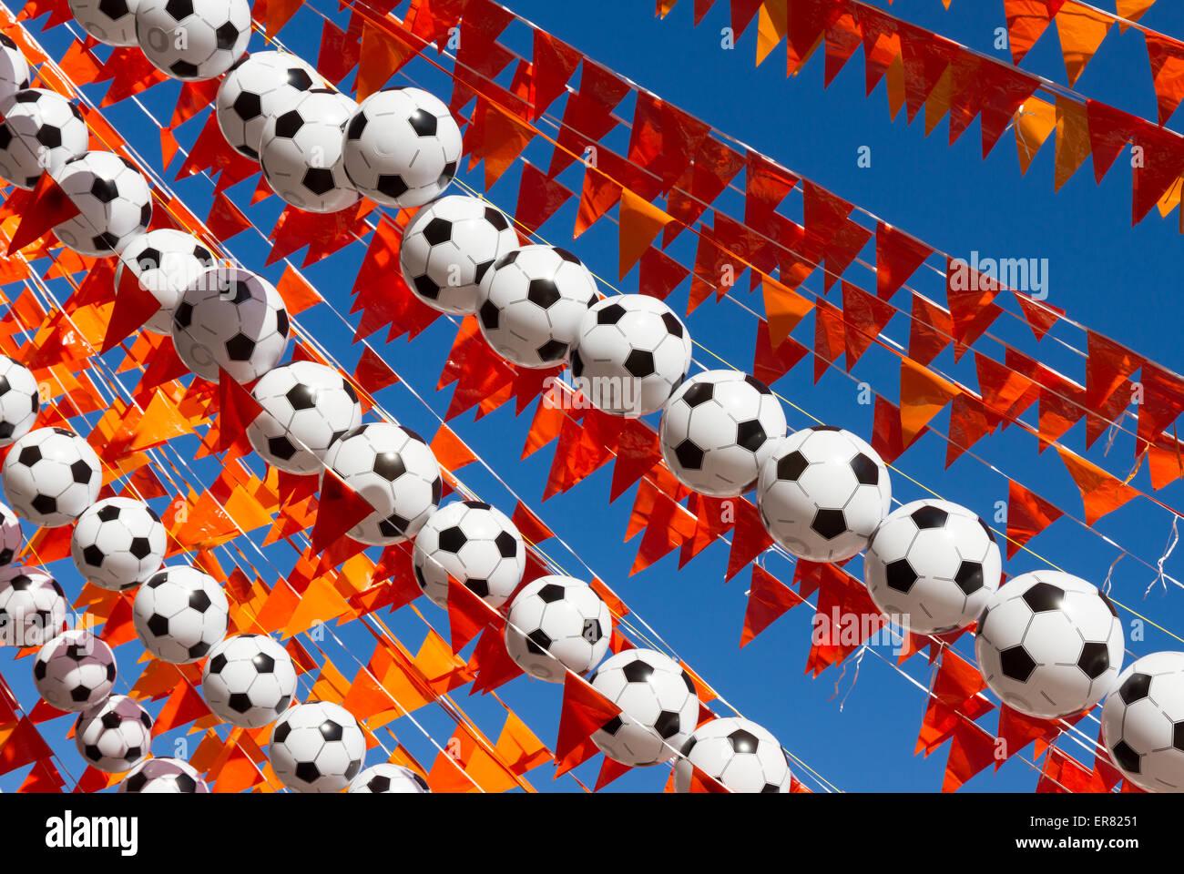 Drapeaux Orange (néerlandais) et de ballons de couleur nationale contre un ciel bleu clair, pendant la coupe du monde de football 2014. Banque D'Images