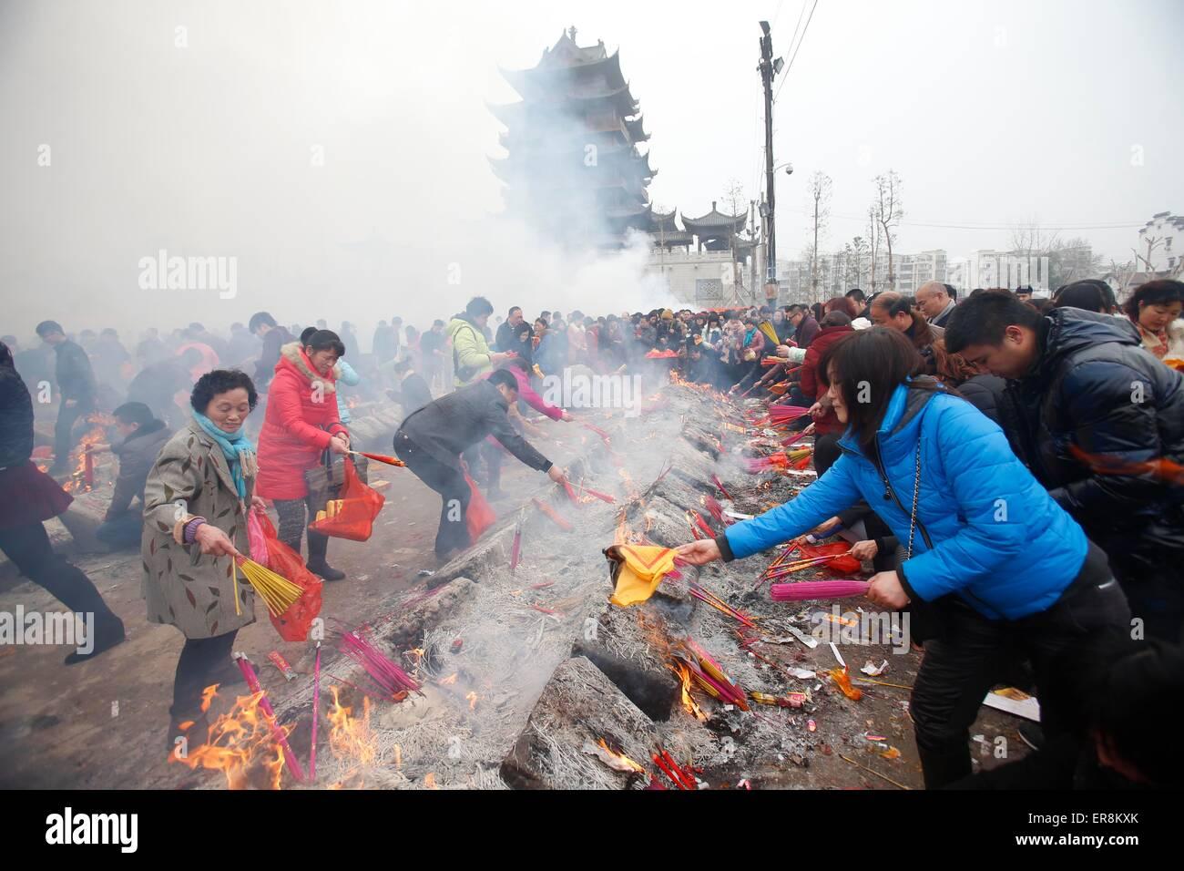 23 févr. 2015 - Shanghai, Chine - Chinois soleil brûler les encens de prier à l'GuiyuanTemple Photo Stock
