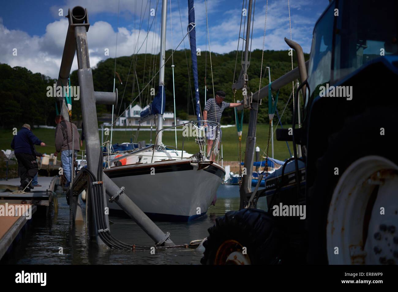 Un yacht est lancé sur la rivière Ax par un tracteur et berceau Photo Stock