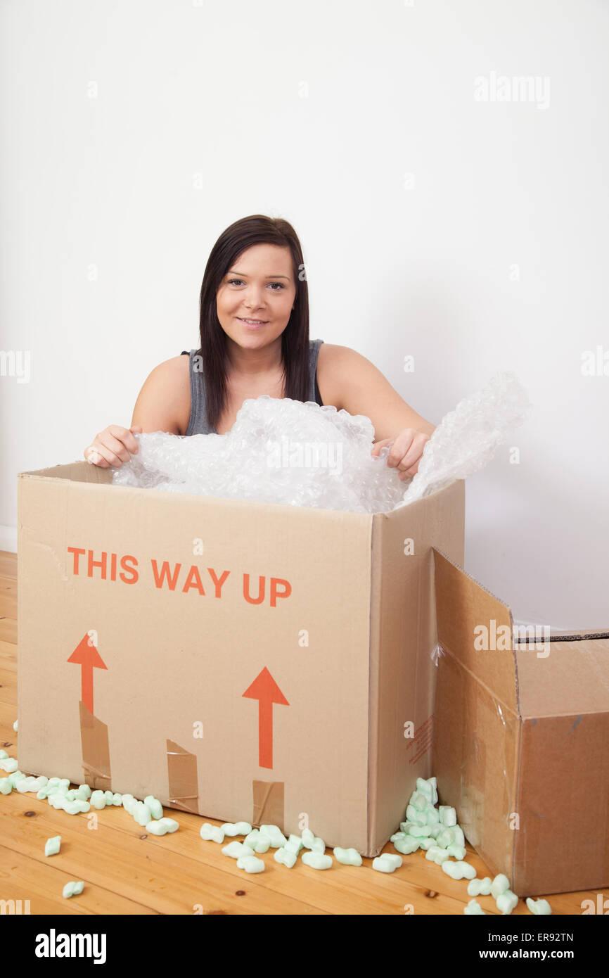 Woman preparing to pack/unpack déplacer la maison. Photo Stock