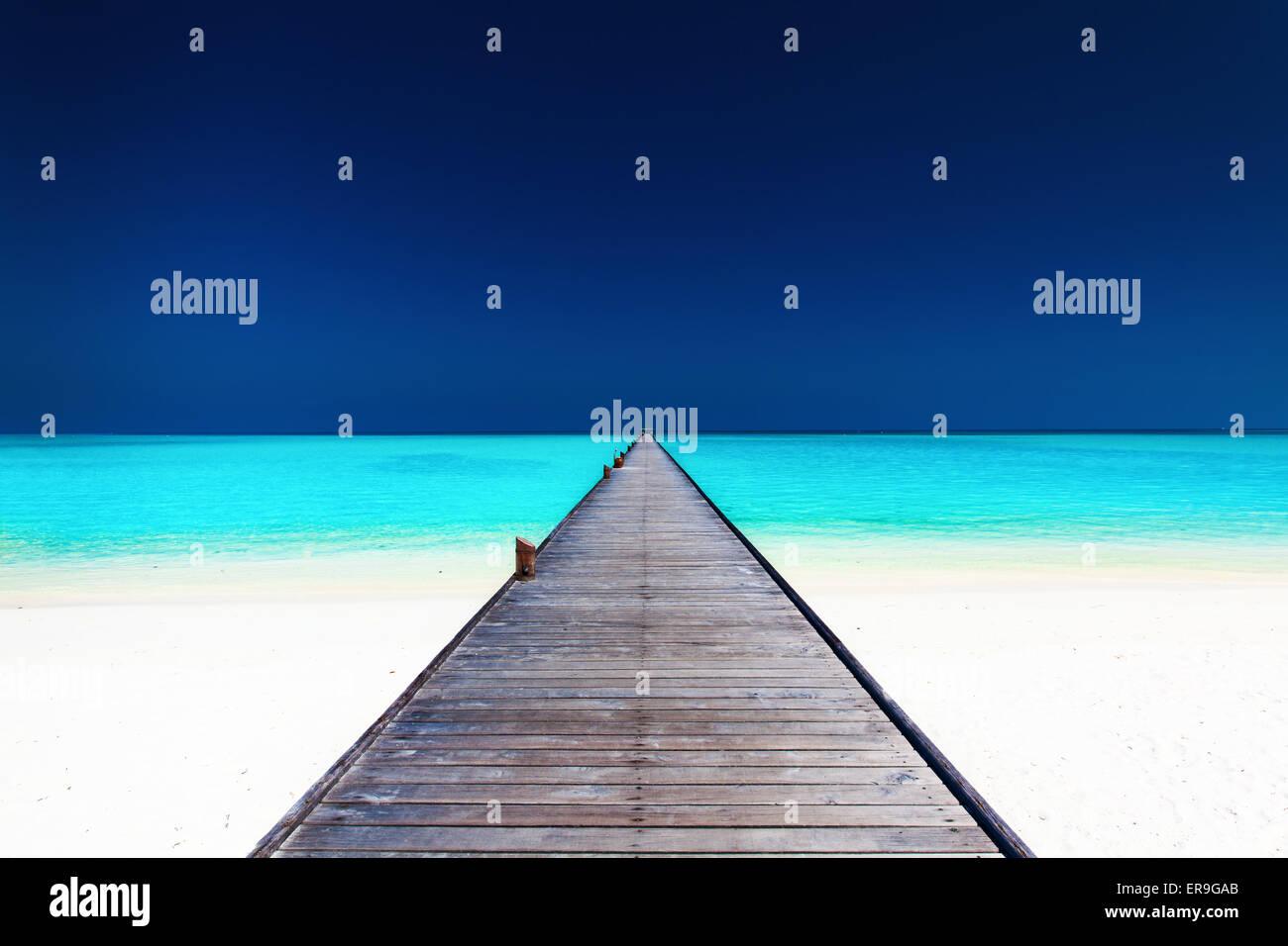 Plus de long jetty en bois avec une lagune d'eau bleu azur propre Photo Stock