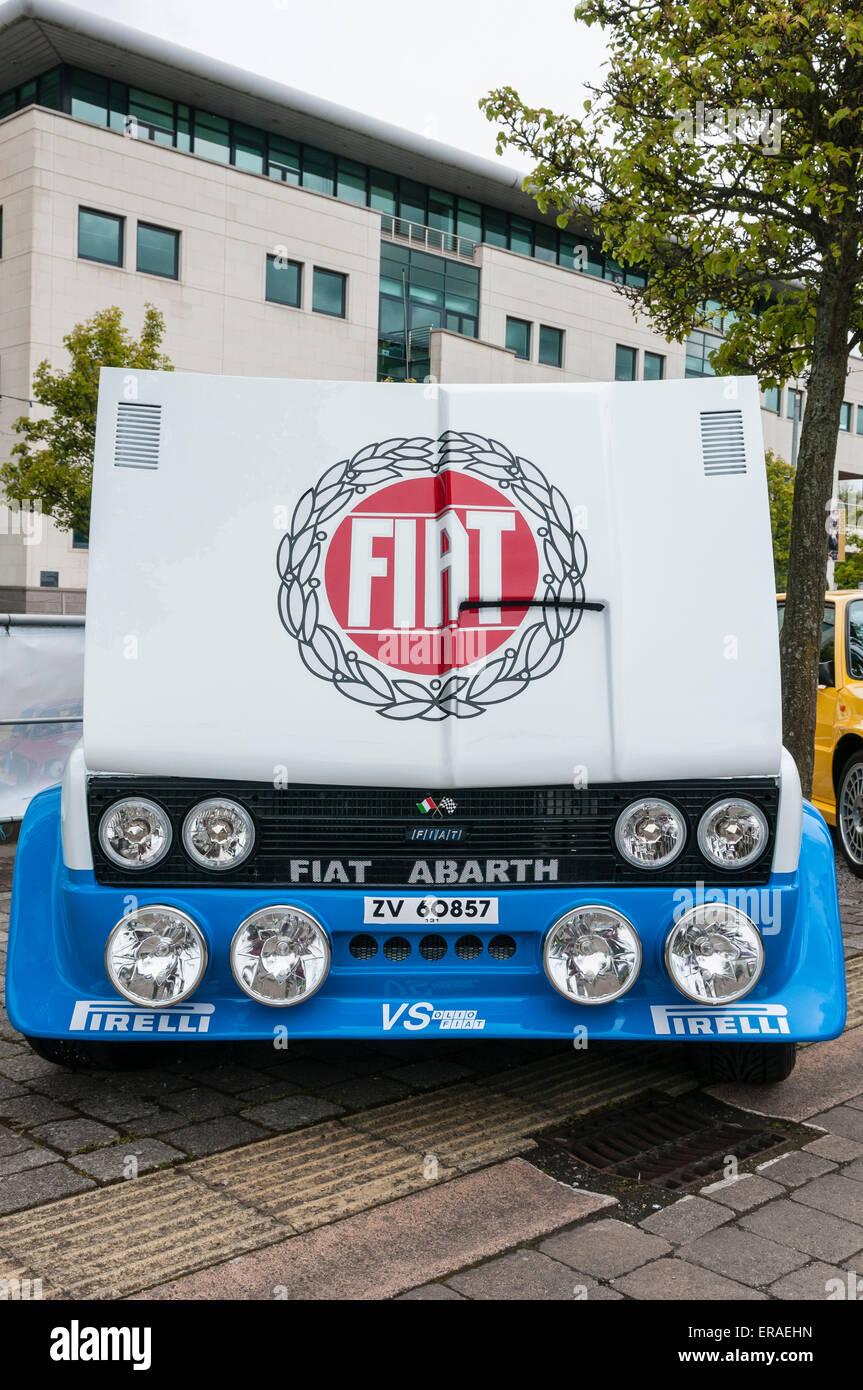 Fiat 131 Rally préparée avec le capot moteur ouvert. Photo Stock
