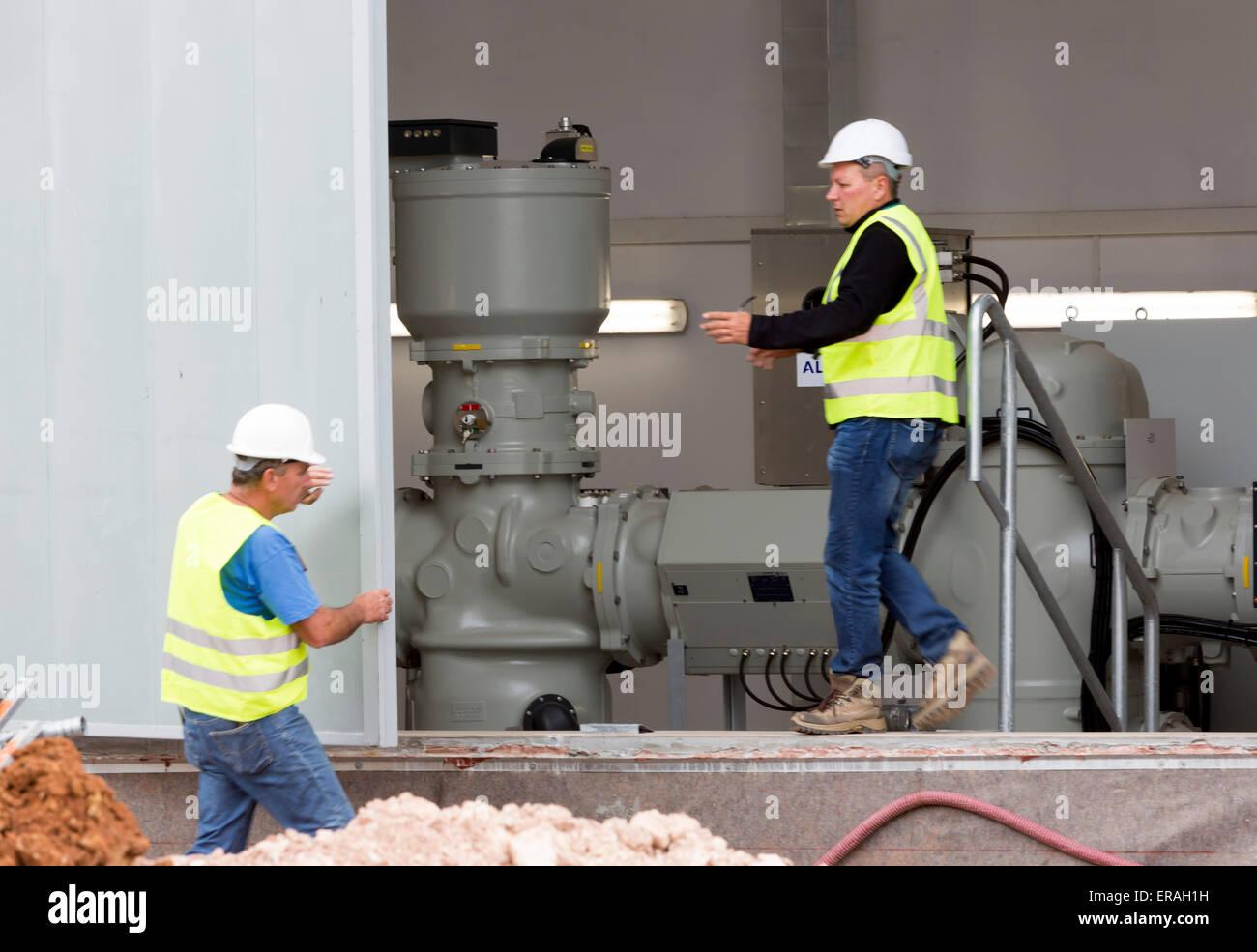 Sofia, Bulgarie - 29 mai 2015: Les ingénieurs sont garder un oeil sur l'essai de la deuxième usine de Sofia déchets grande voltag Banque D'Images