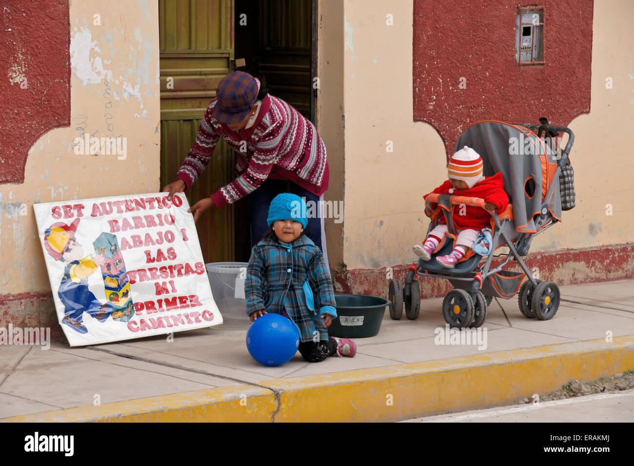 Femme et enfants en dehors de l'école maternelle, demis Roussos, Pérou Banque D'Images