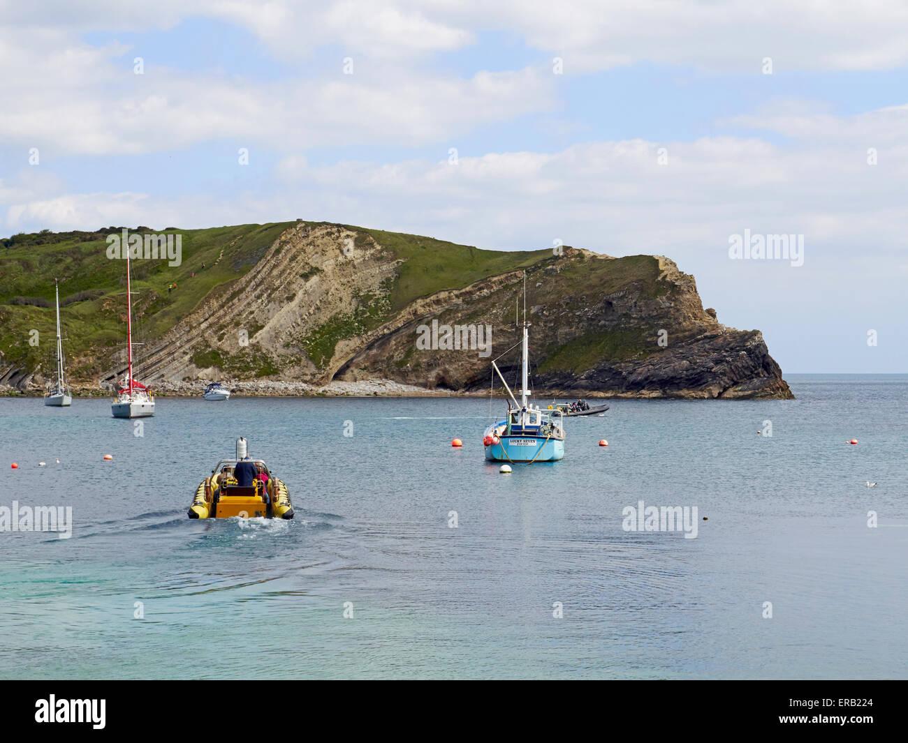 Une côte chargé avec les touristes de Lulworth Cove laisse pour le court voyage à Durdle Dor et retour. Photo Stock