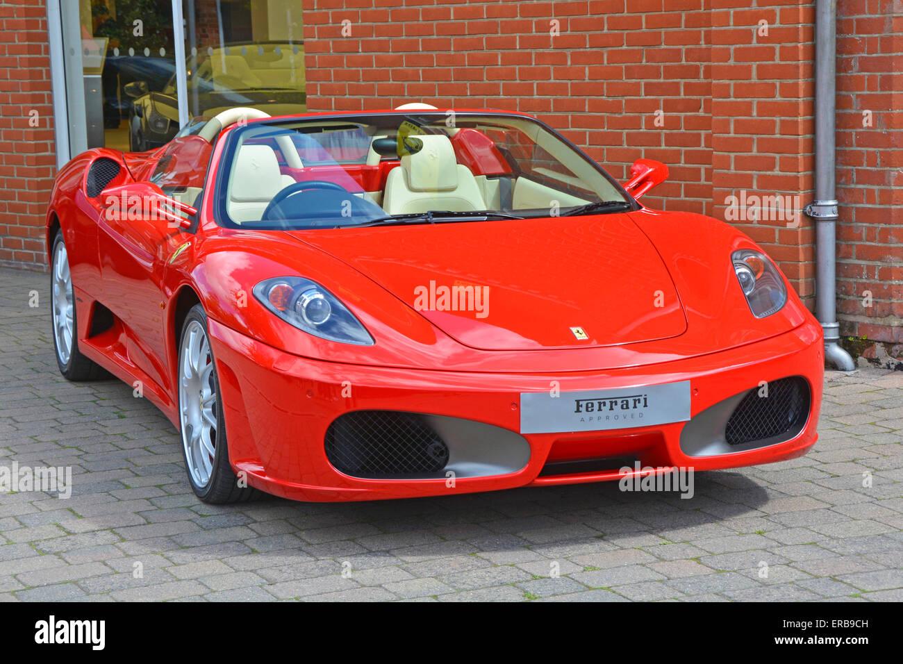 Ferrari Voiture Stationn 233 E Dehors Meridien Modena