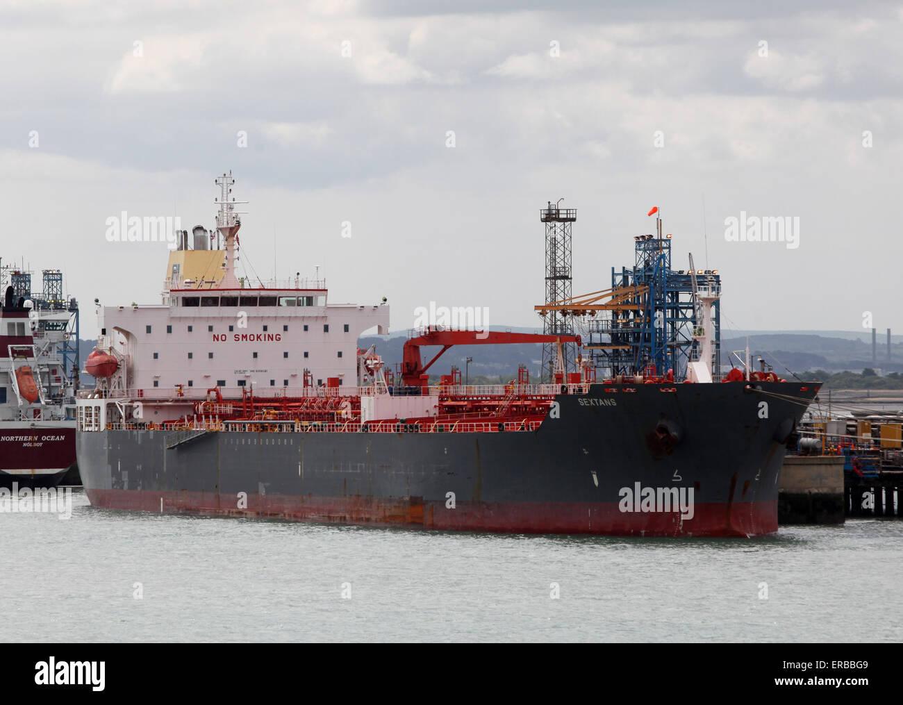 Sextans navire-citerne chimique de l'huile à la raffinerie de Fawley près de Southampton Photo Stock